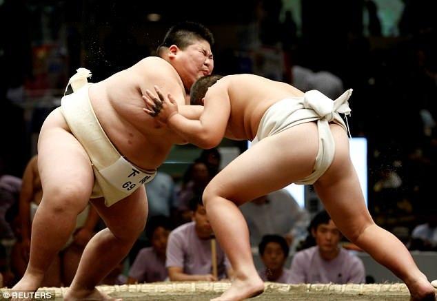 Xem trẻ em Nhật đấu võ sumo rèn tính can đảm