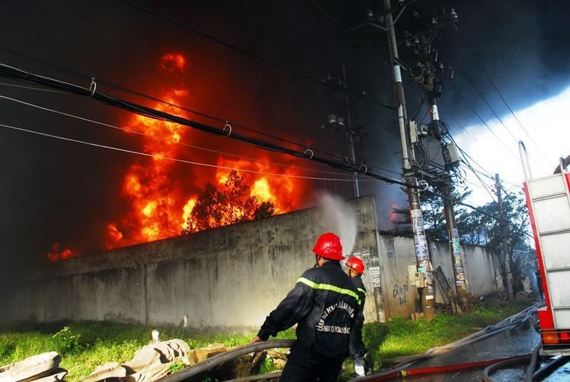 Cháy lớn công ty nhựa ở Sài Gòn