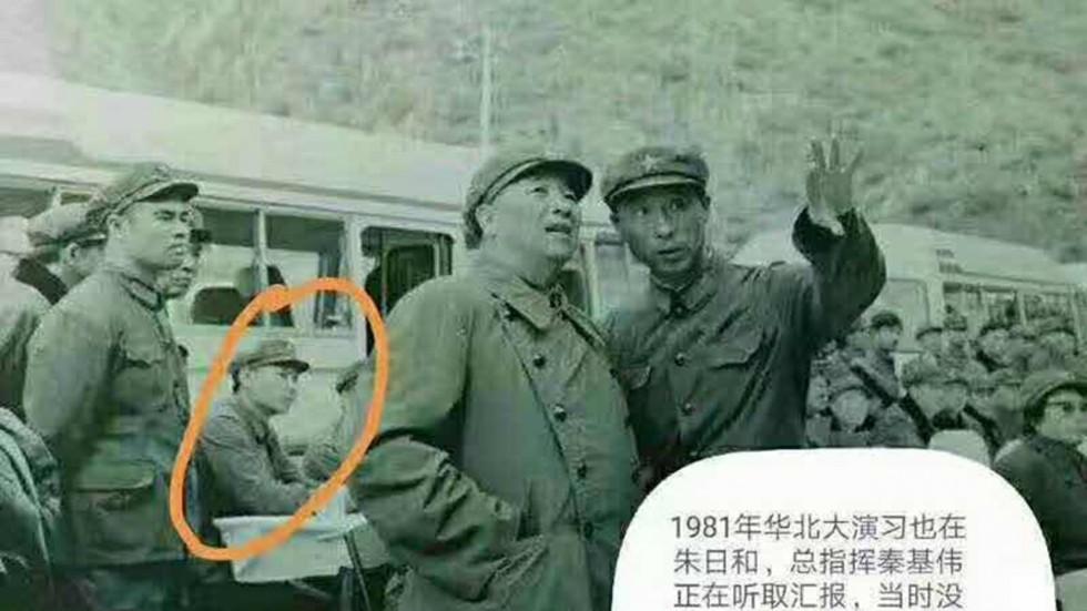 Lộ ảnh ông Tập Cận Bình dự duyệt binh năm 1981