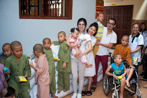 Emily Hồng Nhung giản dị đi thiện nguyện