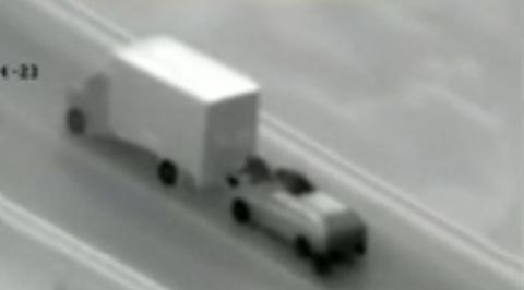 Liều lĩnh trộm đồ trên xe tải đang chạy