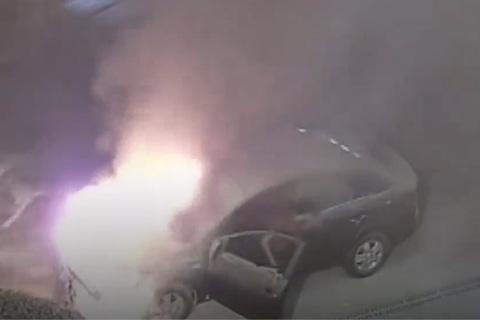 Tài xế say rượu, ngủ quên trong ô tô đang cháy đùng đùng