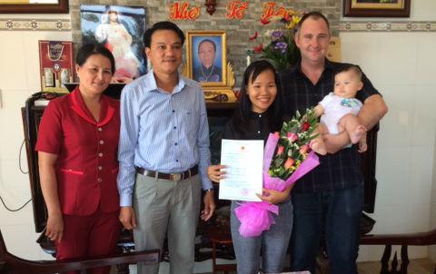 Vũng Tàu trao giấy khai sinh, mừng công dân mới tại nhà