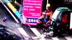 Người đàn ông bị ô tô húc bay lên biển quảng cáo