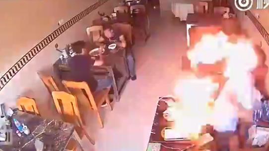Người đàn ông choáng váng vì bật lửa phát nổ