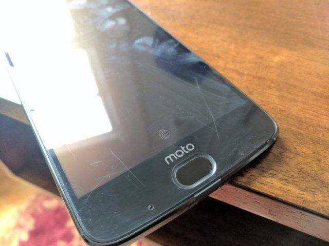 Smartphone màn hình 'không thể vỡ' xước nham nhở vì móng tay