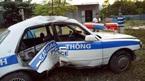 Xe cảnh sát giao thông lật nhào khi truy đuổi tội phạm