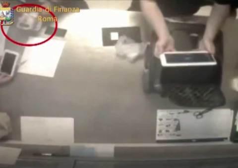 Bắt quả tang nhân viên sân bay lấy trộm đồ của hành khách