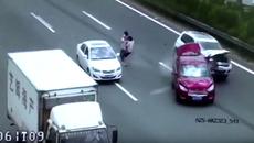 Bế con qua đường, vợ chồng gây tai nạn liên hoàn trên cao tốc