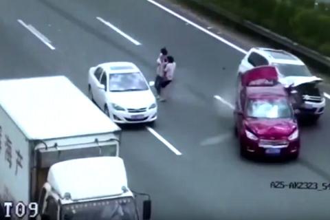 Bế con băng qua đường, cặp vợ chồng gây tai nạn liên hoàn trên cao tốc