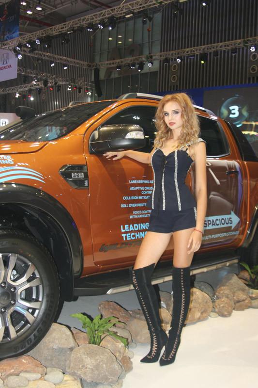 Chân dài 'Tây' gây xôn xao triển lãm ô tô