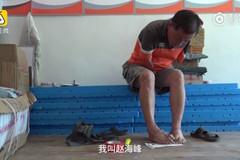 Người cha không tay nỗ lực kiếm tiền cho con gái đến trường