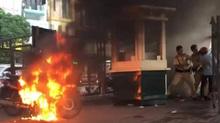 Vi phạm giao thông, đốt xe máy ngay gần bốt CSGT
