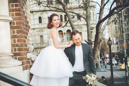 Ngọc Trinh chụp ảnh cưới cùng ông bầu Vũ Khắc Tiệp