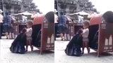 Bạn có cảm xúc gì khi nhìn cảnh cậu bé đeo bỉm cặm cụi nhặt rác