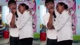 Chàng trai hát tặng mẹ khiến người nghe nghẹn ngào