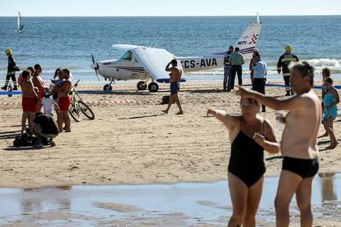 Máy bay hạ cánh khẩn cấp xuống bãi biển, du khách tắm nắng thiệt mạng
