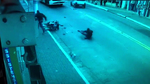 2 tên cướp lao xe vào ô tô tan nát vẫn cố bỏ chạy