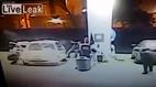 Cướp choáng vì bất ngờ đấu súng với cảnh sát tại cây xăng