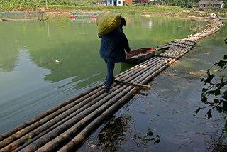 Lạng Sơn: Thót tim qua sông trên cầu phao tre nứa mong manh