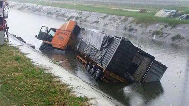 Container ngửa bụng dưới sông, đè chết 2 người sau cú đâm