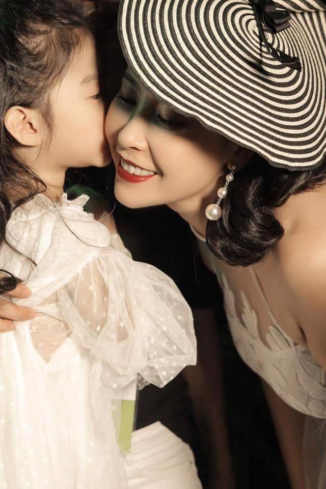 Là mẹ 3 con, Hà Kiều Anh vẫn cực kỳ quyến rũ