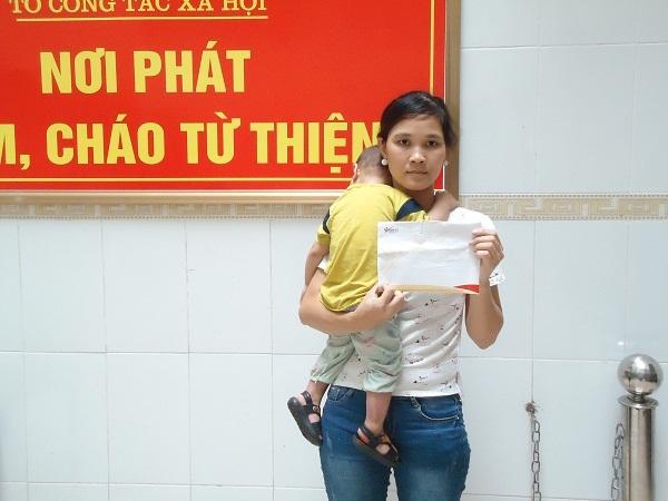 Bé Lê Văn Tùng bị bỏng nước sôi đã được xuất viện về nhà