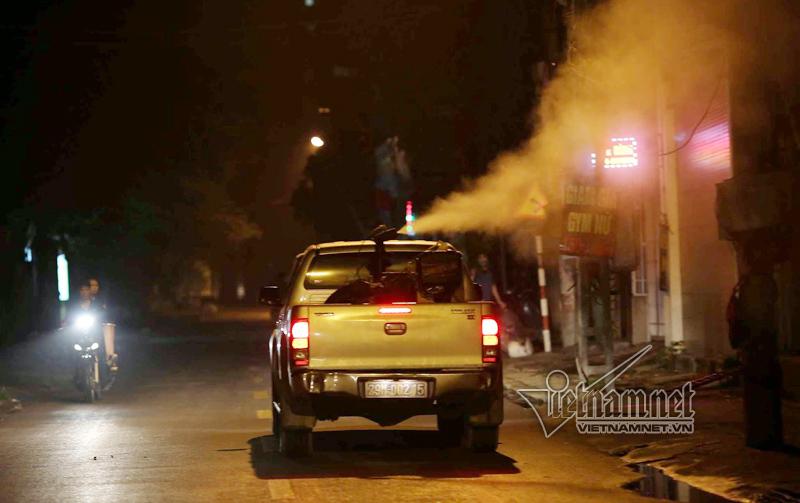 Vòi phun khổng lồ len lỏi khắp phố Hà Nội diệt muỗi