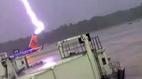 Luồng sét kinh hoàng dội xuống máy bay, nhân viên phi trường gục ngã