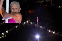 Thót tim cảnh bà cụ 81 tuổi leo cột cao 26 mét mà không dùng thiết bị bảo hộ