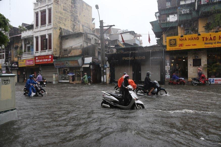 Hà Nội mưa tầm tã nhiều giờ, cắm biển cấm đường ngập sâu