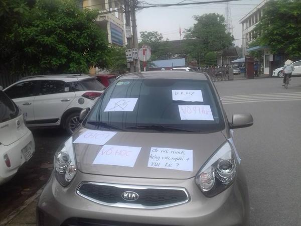 Ô tô đỗ chắn lối đi bị dán đầy giấy 'đỗ ngu', 'vô học'