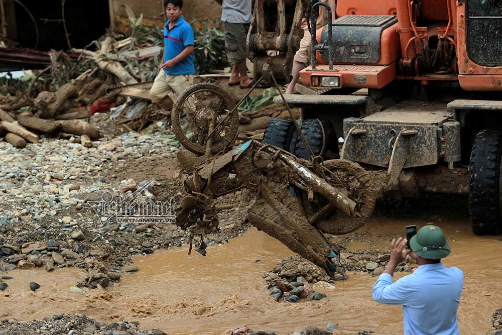 Loạt xe máy biến dạng ngoi lên từ bùn lầy sau lũ