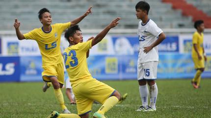 Cầu thủ U15 SLNA solo ghi bàn ngoạn mục từ giữa sân
