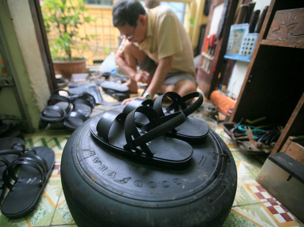 Người đàn ông gần 80 tuổi làm dép cao su độc nhất ở Hà Nội