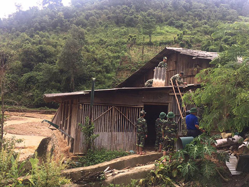 Lũ ống đổ về, nước ngập gần lút đầu người ở Điện Biên