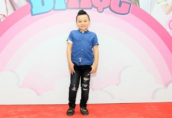 Cậu bé khiến Trấn Thành muốn nhận làm con nuôi tái xuất đáng yêu