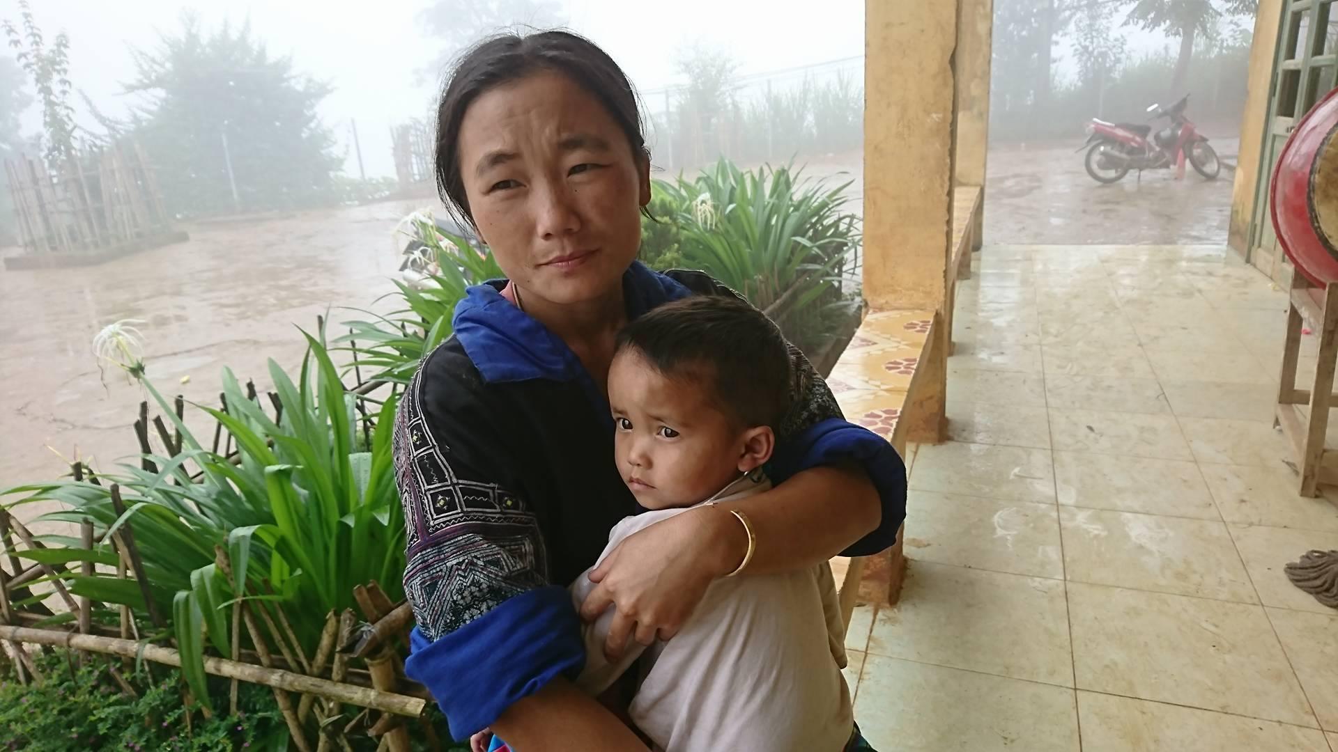 Sau tiếng gầm gào, cả bản nghèo nghe mưa là tháo chạy