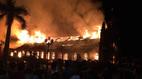 Nhà thờ 130 tuổi cháy rừng rực trong đêm