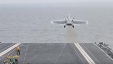 Cảnh chiến cơ lướt vù vù trên tàu sân bay tối tân nhất của Mỹ