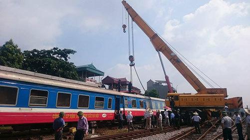 Cẩu toa tàu bị trật bánh ở ga Yên Viên