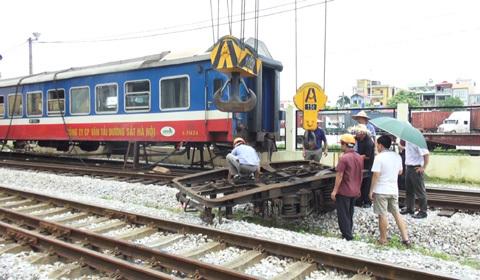 tàu hỏa trật bánh
