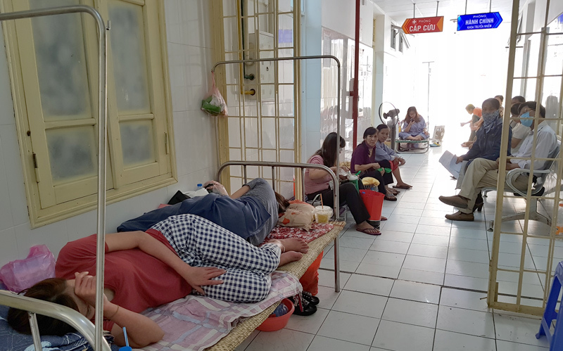 Sốt xuất huyết 19 người chết: Trưng dụng hội trường, BS ngồi hành lang