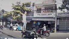 Thanh niên đứng trên xe máy phóng như bay