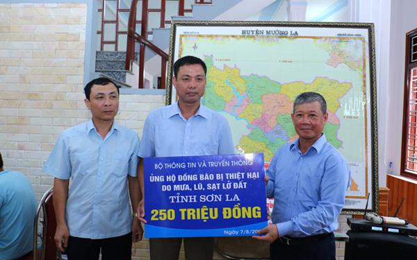 Bộ TT&TT thăm, tặng quà đồng bào bị thiệt hại do mưa lũ tại Mường La