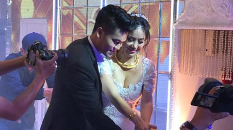 Trung Kiên, Lê Phương hôn nhau say đắm trong tiệc cưới