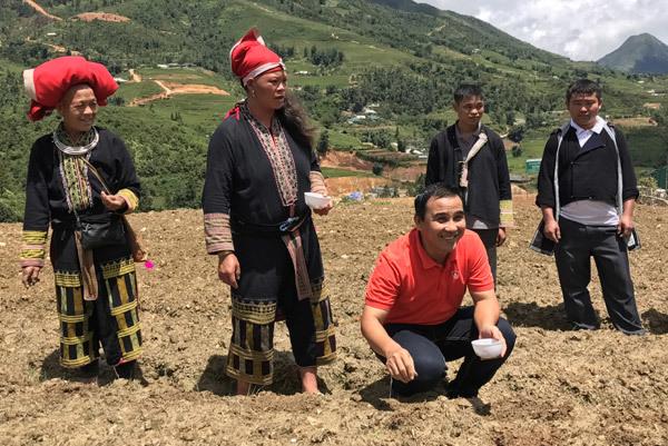 MC Quyền Linh gieo hạt trồng cây giữa nắng nóng