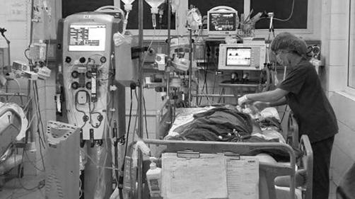 Cậu bé 15 tuổi kêu cứu vì mẹ bị sốt xuất huyết: Người mẹ qua đời