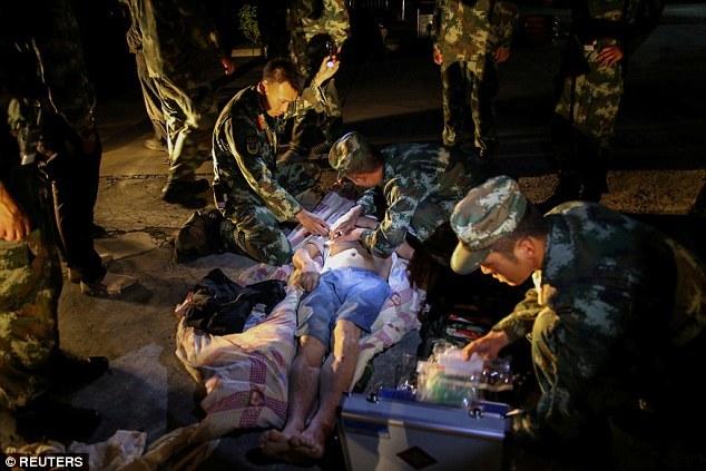 Tứ Xuyên sau động đất lớn, khoảng trăm người có thể đã chết