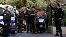 Xe lao vào nhóm binh sĩ Pháp, 6 người bị thương